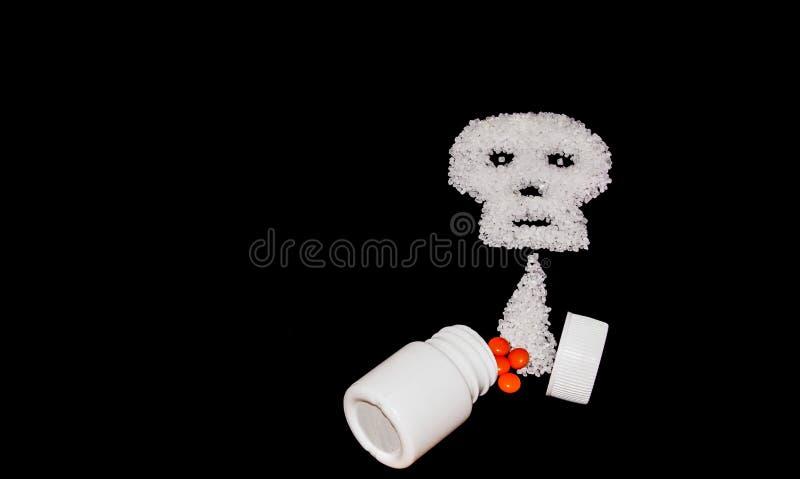 Open pak van pillen en schedel als symbool van ziekte royalty-vrije stock foto