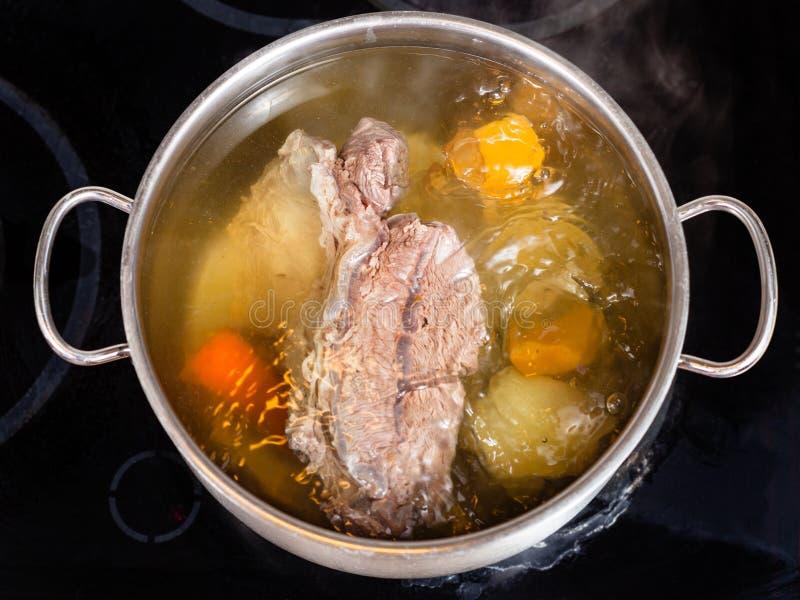 Open pan met het koken van rundvleesbouillon royalty-vrije stock foto's