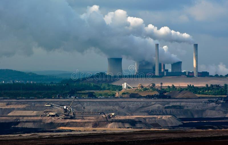 Open-pit kraftverk och kol royaltyfri bild