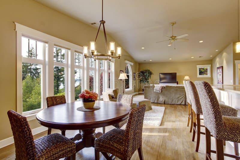 Open planbinnenland met veel ruimte Mening van eetkamer en woonkamer stock afbeeldingen