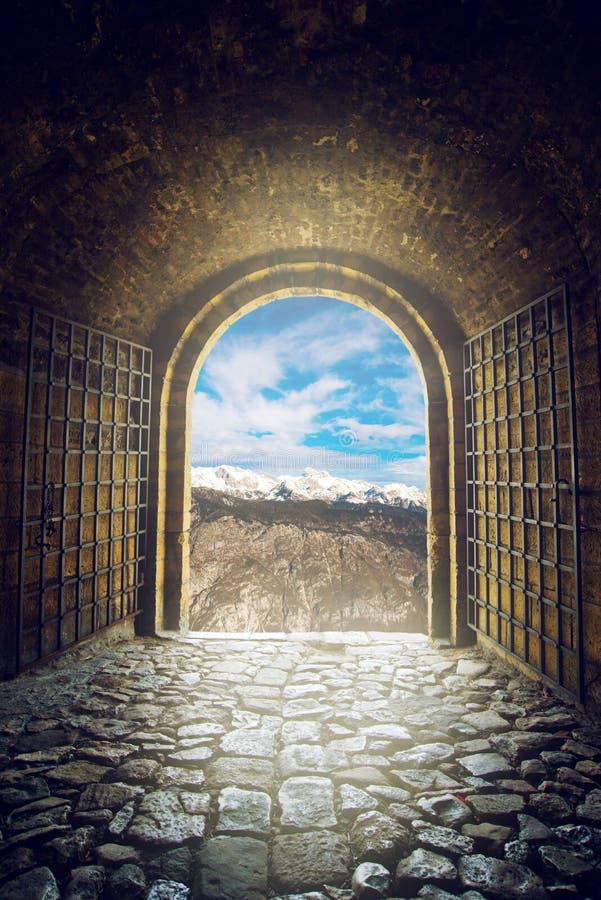 Open poort met bergketenmening royalty-vrije stock afbeelding