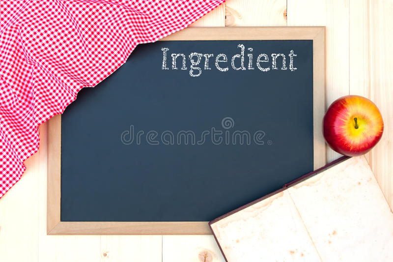 Open receptenboek op een bord stock fotografie