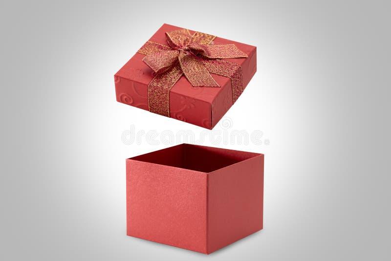 Open rode giftdoos op grijze achtergrond royalty-vrije stock afbeeldingen