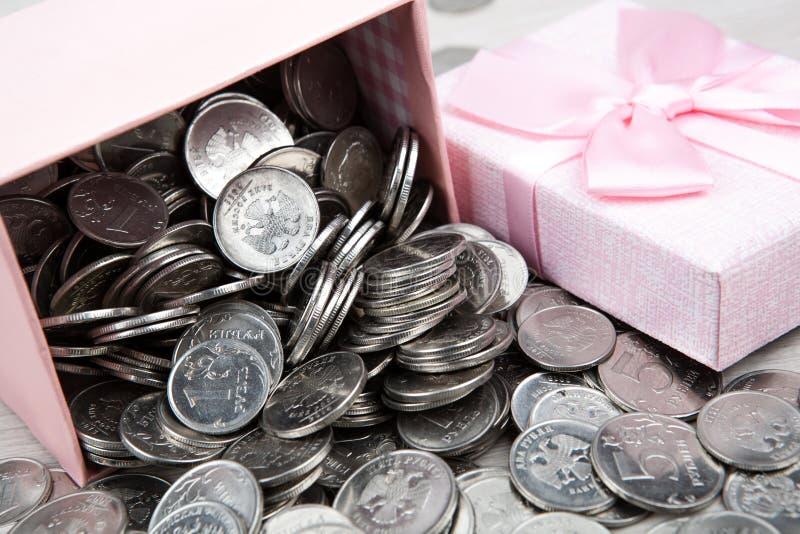 Open roze giftdoos met Russische roebelmuntstukken stock afbeelding