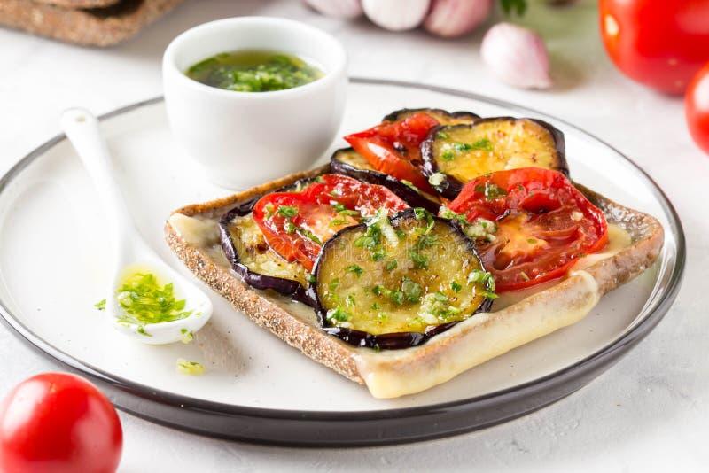 Open sandwich met aubergine, tomaat, kaas en olijfolie met greens en knoflook Heerlijke snack, eigengemaakte lunch, smakelijk voe stock fotografie