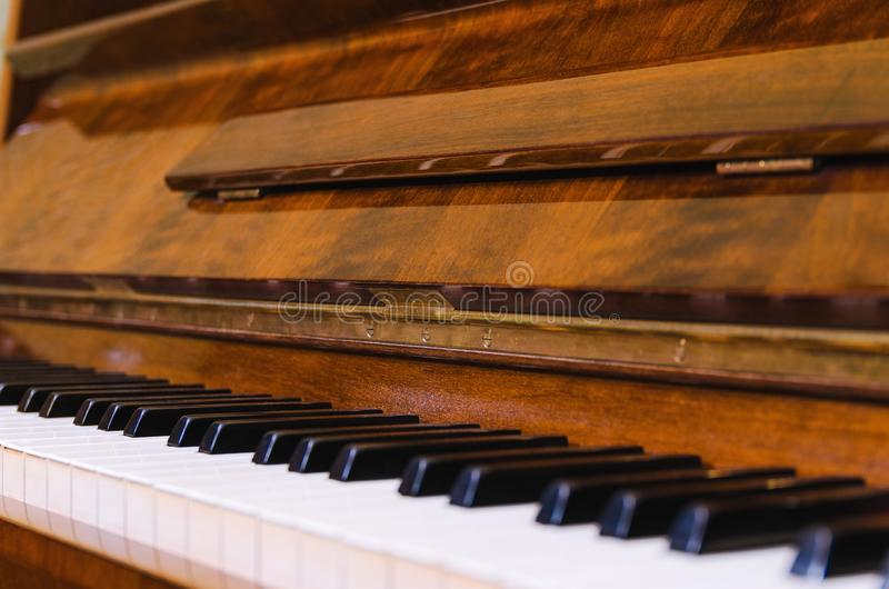 Open sleutels van een oude pianoclose-up royalty-vrije stock afbeeldingen