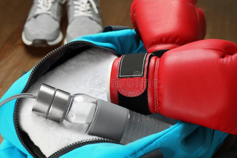 Open sportenzak met gymnastiekmateriaal, stock foto's