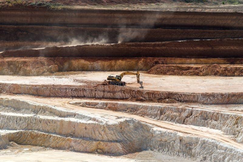 Open steengroeve voor de extractie van porseleinaarde stock foto's