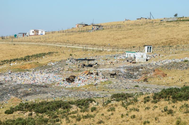 Open stortplaats niear smal dorp in de Geboorte, Afrikaanse levensstijl Zuid-Afrika van KwaZulu stock afbeelding