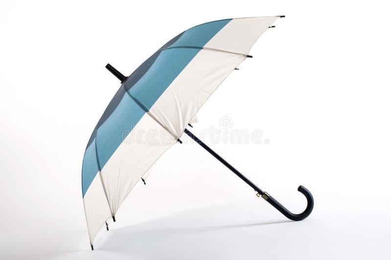 Open streifte den mehrfarbigen Regenschirm, der auf weißem Hintergrund lokalisiert wurde lizenzfreies stockfoto