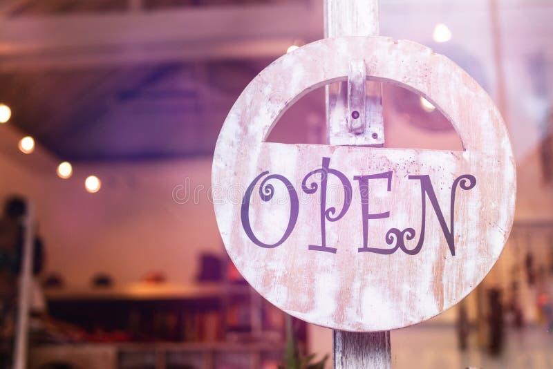 Open teken breed door het glas van venster bij de winkel royalty-vrije stock foto