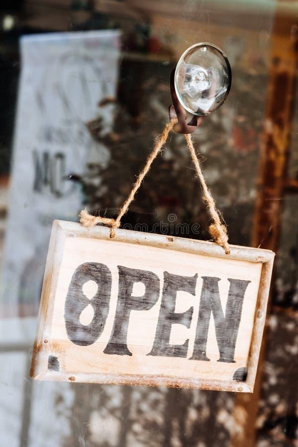 Open teken breed door het glas van venster bij koffiewinkel stock afbeeldingen