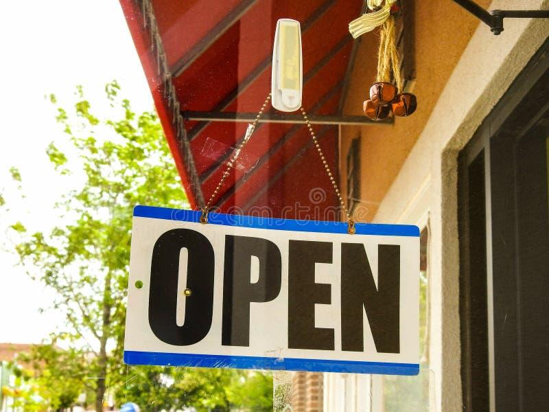 Open Teken in Front Of Business stock afbeelding