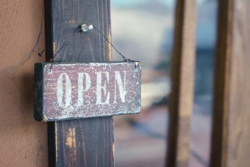 Open teken op deur stock foto