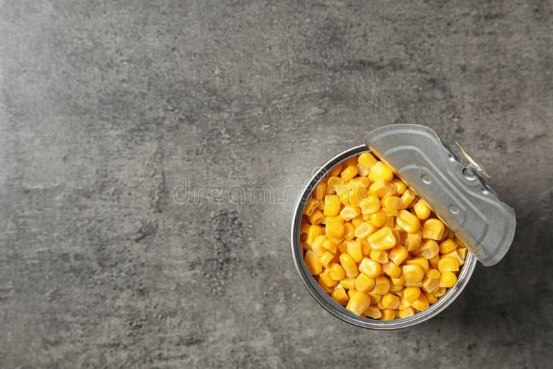 Open tinblik van graanpitten op lijst, hoogste mening royalty-vrije stock afbeelding