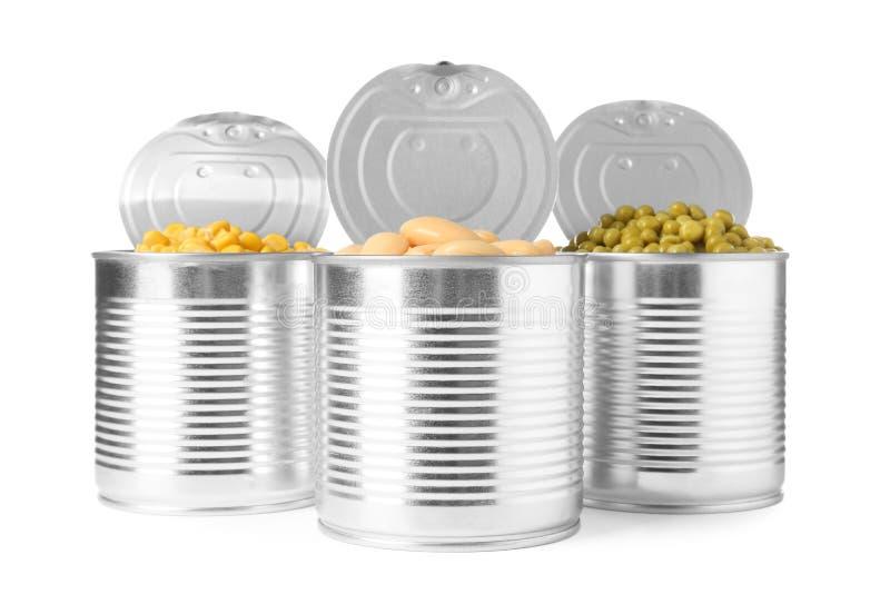 Open tinblikken van erwten, bonen en graanpitten op wit royalty-vrije stock foto's