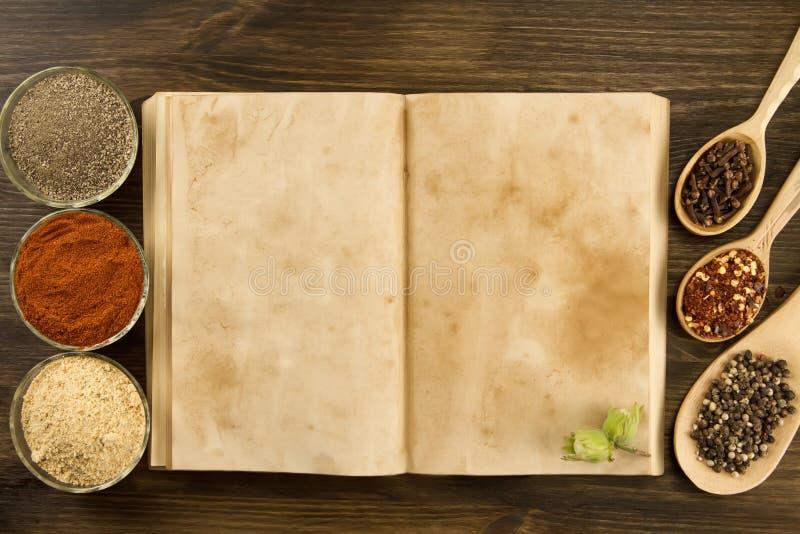 Open uitstekend boek met kruiden op houten achtergrond Gezond vegetarisch voedsel stock foto's