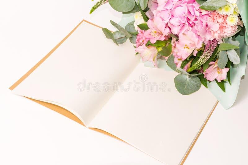 Open uitstekende ambachtnotitieboekje of agenda met tedere bloemendecoratie op de witte lijst royalty-vrije stock afbeeldingen