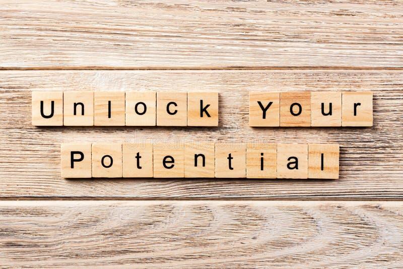 Open uw potentieel die woord op houtsnede wordt geschreven open uw potentiële tekst op lijst, concept stock foto's