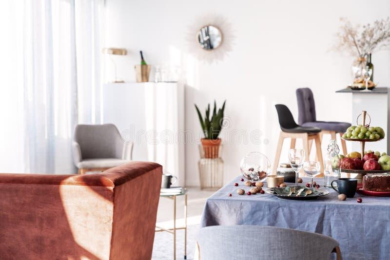 Open van de plankeuken en eetkamer binnenlands idee met wit meubilair royalty-vrije stock foto