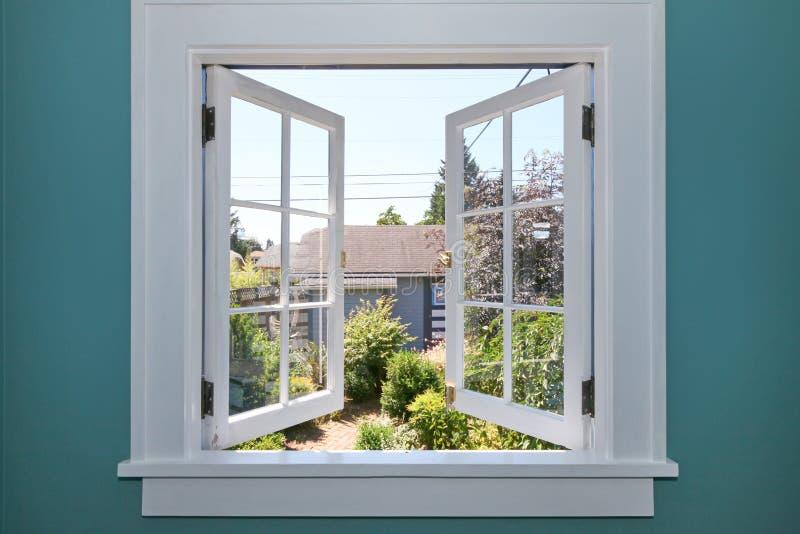 Open venster aan de binnenplaats met kleine loods. stock afbeeldingen