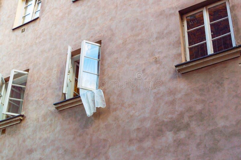 Open venster met vliegend gordijn Atmosferische stemming royalty-vrije stock foto