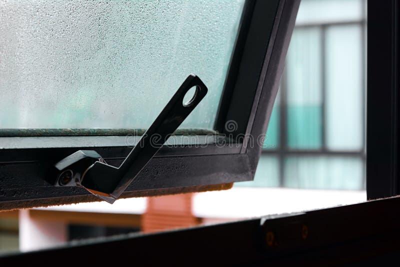Open venster met waterdaling op het glas royalty-vrije stock foto