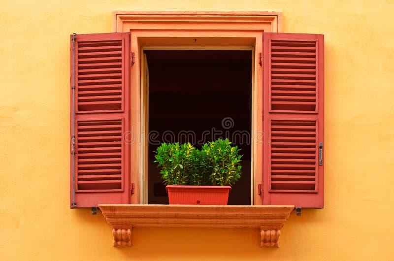 Open venster op de gele muur royalty-vrije stock fotografie
