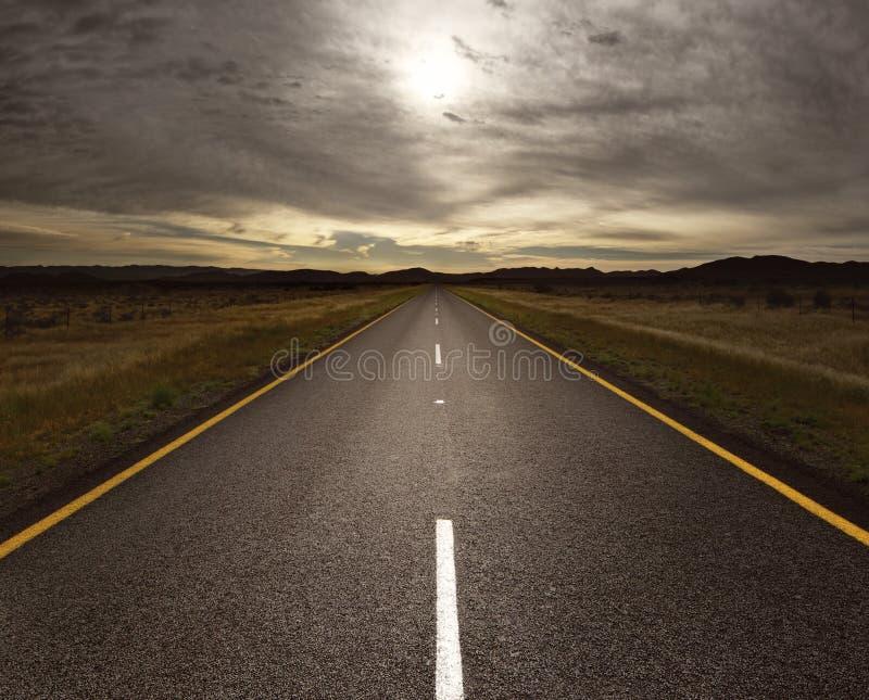 Open weg die in het licht leidt royalty-vrije stock fotografie