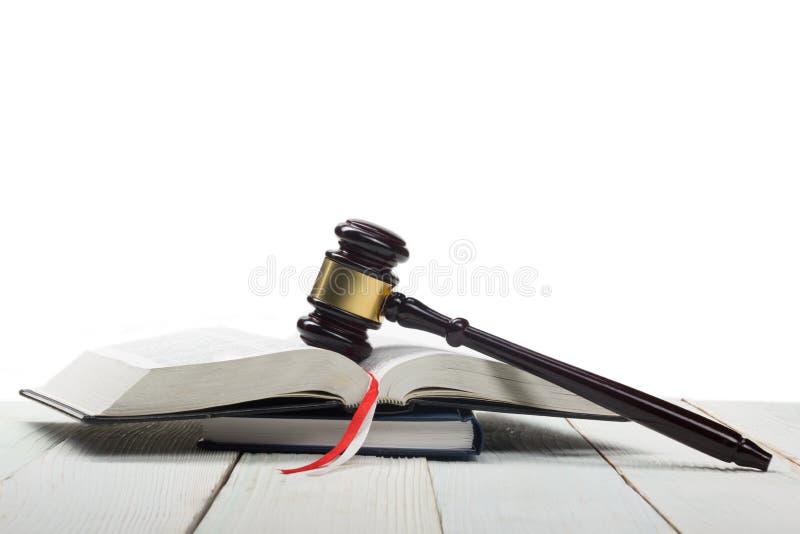 Open wetsboek met houten rechters binnen hamer op lijst royalty-vrije stock afbeelding