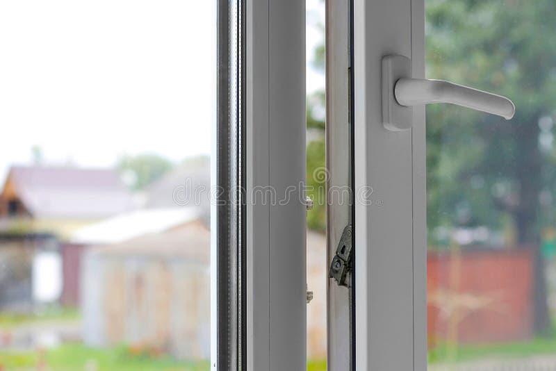 Open wit plastic venster In het sanny weer close-up royalty-vrije stock fotografie