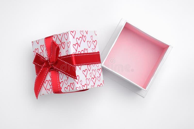 Open witte giftdoos met boog en geschilderde harten geïsoleerde bovenkant royalty-vrije stock foto