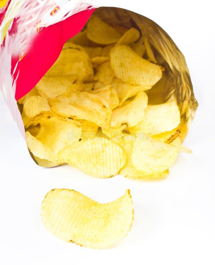 Open zak met chips op witte achtergrond royalty-vrije stock foto