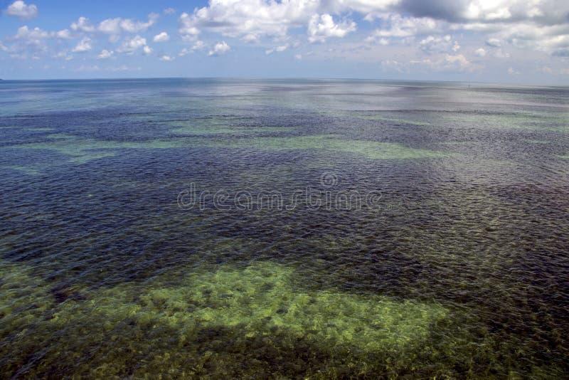 Open zee met blauwe hemel stock afbeelding