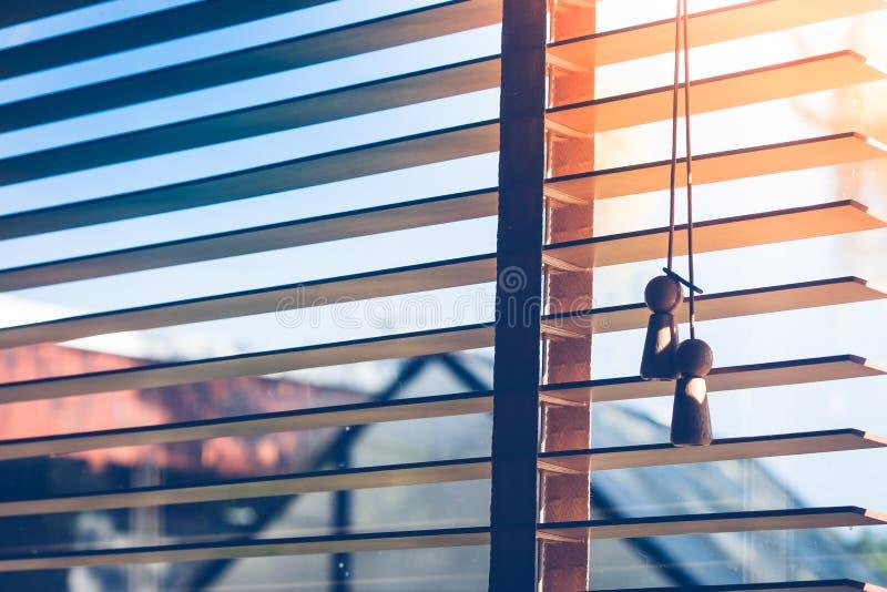 Open zonnescherm of gordijn met straal van zonlicht door van het venster in uitstekende stijl Zachte nadruk stock foto