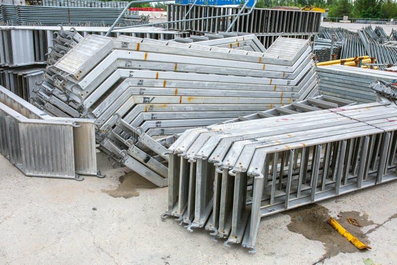 Openair lagring av galvaniserade stål- och aluminiumramar, stegar och ringlockmaterial till byggnadsställningsystem för många app royaltyfri bild