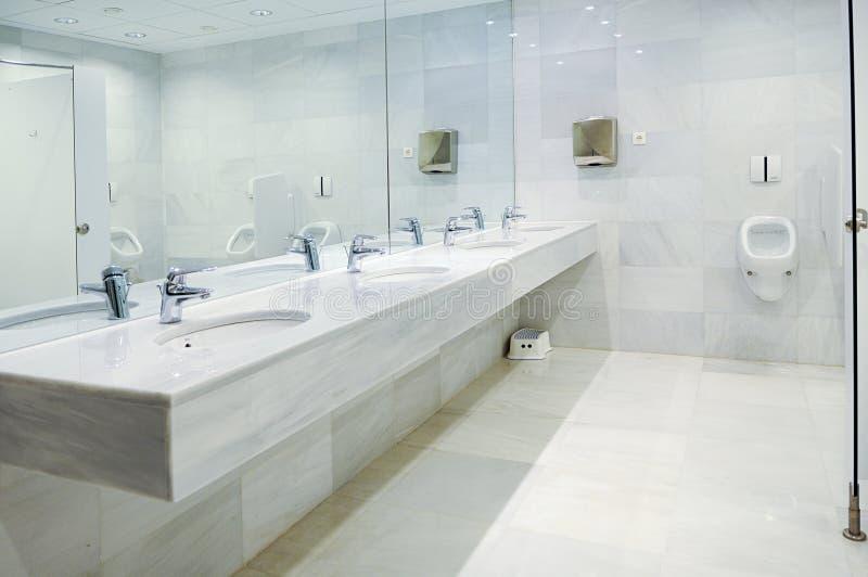 Openbaar leeg mensentoilet met toilettafelsspiegel royalty-vrije stock afbeelding