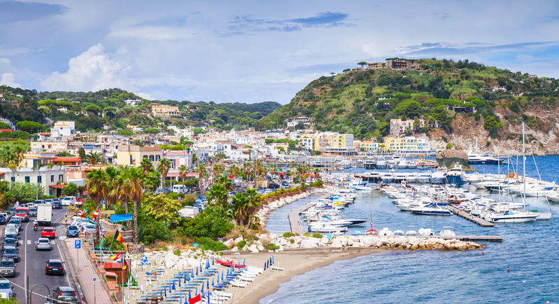 Openbaar strand van de toevluchtstad van Lacco Ameno, Ischia royalty-vrije stock fotografie