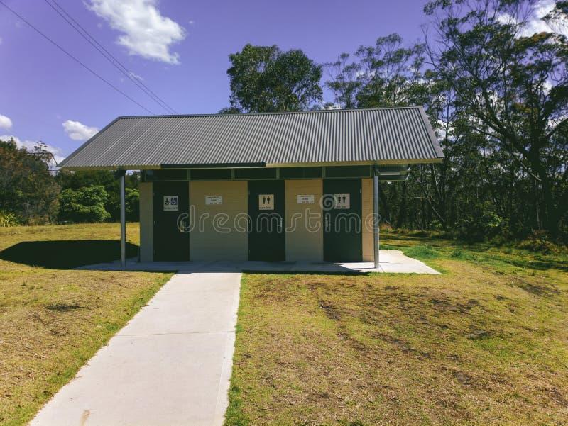 Openbaar Toilet bij van de de Reserveweg van het Stierenkamp de Parkeerplaats Australië stock afbeeldingen