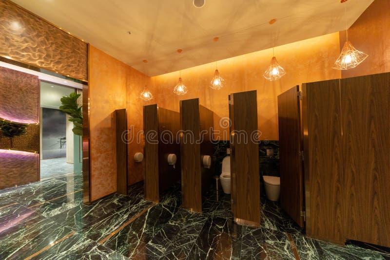 Openbaar toilet de deuren van de mensenbadkamers in toilet in restaurant of hotel of winkelcomplex, leeg binnenhuisarchitectuuron royalty-vrije stock fotografie