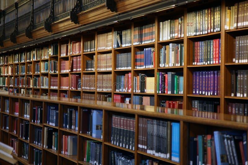 Openbare bibliotheekbinnenland royalty-vrije stock afbeelding