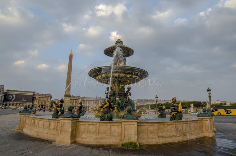 Openbare fontein en Obelisk in vierkante Place DE La Concorde i stock fotografie