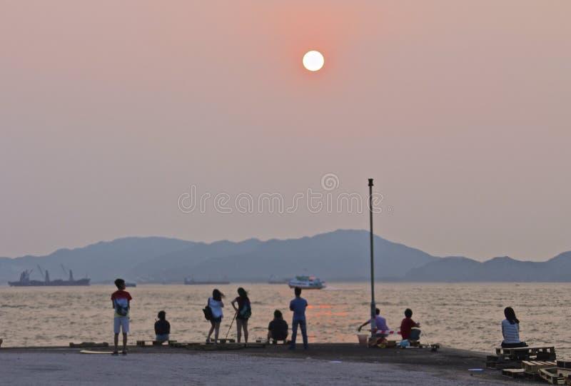 Openbare Ladingsveerboot, Kennedy Town, Hong Kong: één van de weinig beste plaatsen voor het nemen van zonsondergangfoto's met be stock foto's