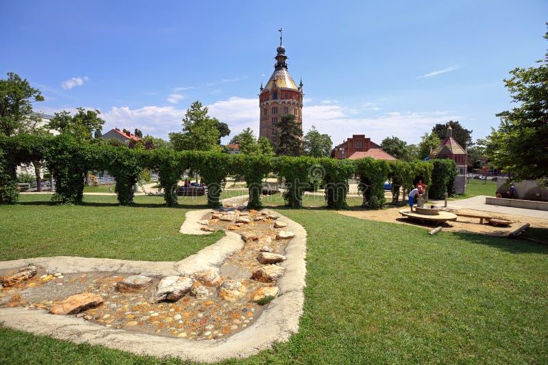 Openbare park en speelplaats voor kinderen voor de oude ingebouwde watertoren Wasserturm, 19de eeuw Wenen, Oostenrijk royalty-vrije stock foto's