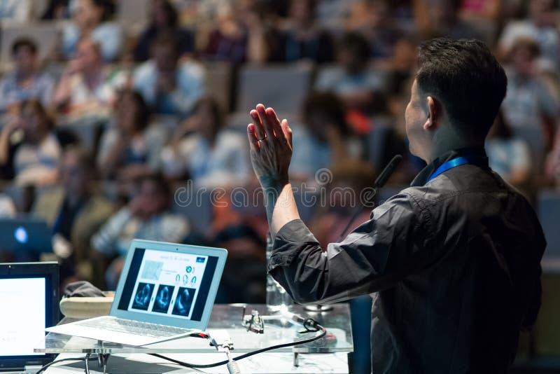 Openbare spreker die bespreking geven bij Bedrijfsgebeurtenis royalty-vrije stock foto's