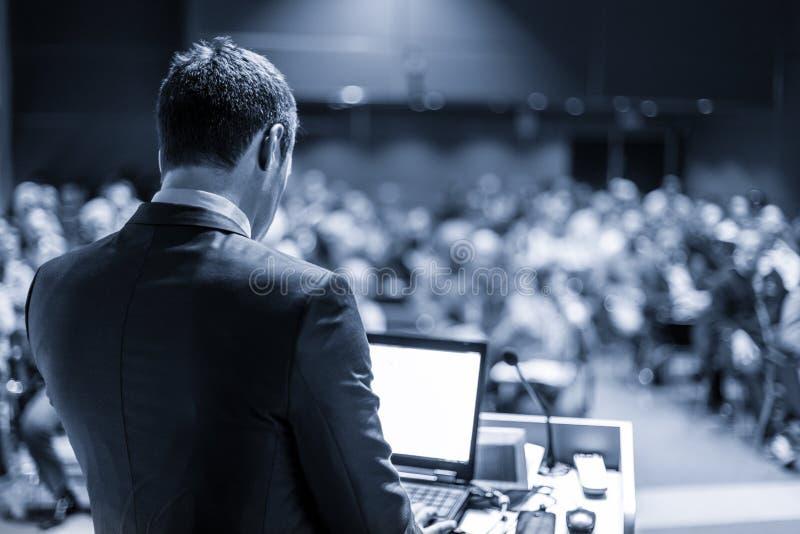 Openbare spreker die bespreking geven bij Bedrijfsgebeurtenis royalty-vrije stock afbeelding