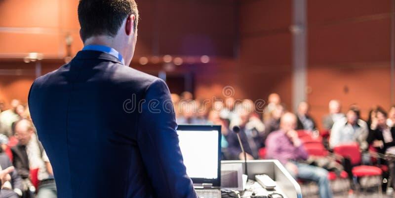 Openbare spreker die bespreking geven bij Bedrijfsgebeurtenis stock foto