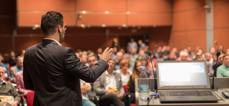 Openbare spreker die bespreking geven bij Bedrijfsgebeurtenis royalty-vrije stock foto