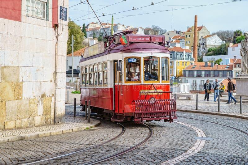 Openbare tram op de straten van de Alfama-buurt, het oude kwart van Lissabon, Portugal stock foto's