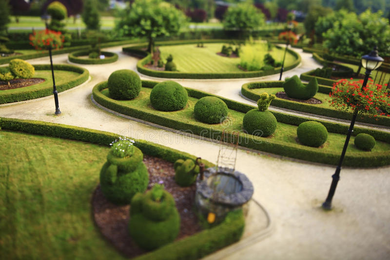 Openbare tuin met gesneden struiken stock fotografie
